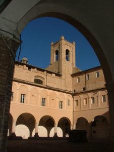 Recanati, Chiostro di Sant'Agostino e Torre del passero solitario (Foto: F. Giovannelli)